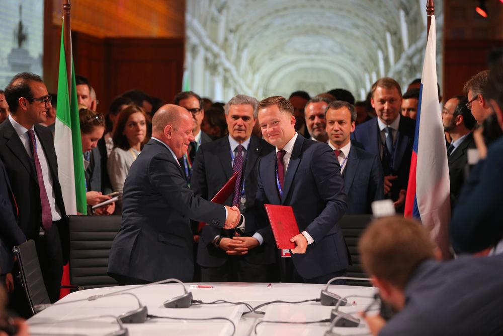 """Il tema centrale del Forum economico di San Pietroburgo è """"La capitalizzazione nella nuova realtà economica globale"""" // Nella foto, Vittorio Torrembini (a sinistra) per Zamperla stringe la mano al rappresentante della Regione di Stavropol, con il quale è stato siglato un accordo per la progettazione di un parco divertimenti"""