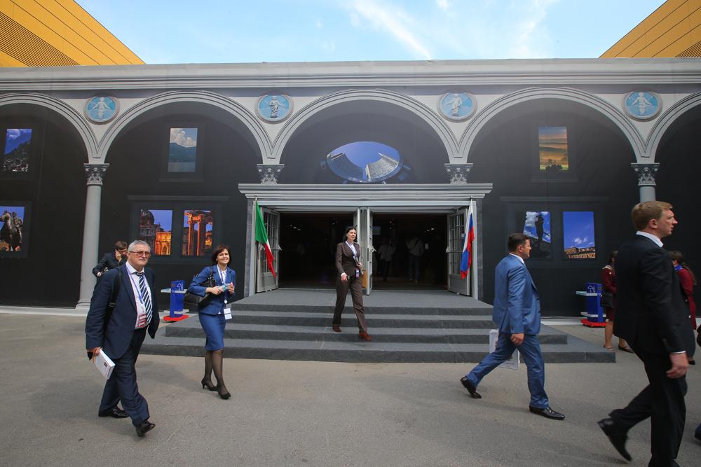 Pur ribadendo l'importanza di non ignorare la questione della Crimea e la necessità di rispettare gli accordi di Minsk, Juncker ha invitato a prendere in considerazione la possibilità di porre fine alle sanzioni internazionali // Nella foto, l'esterno del padiglione italiano