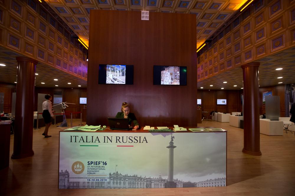 Da vent'anni il Forum economico di San Pietroburgo riunisce i maggiori esponenti mondiali a livello economico, politico e commerciale // L'ingresso del padiglione italiano realizzato dall'associazione Conoscere Eurasia in collaborazione con l'Ambasciata italiana