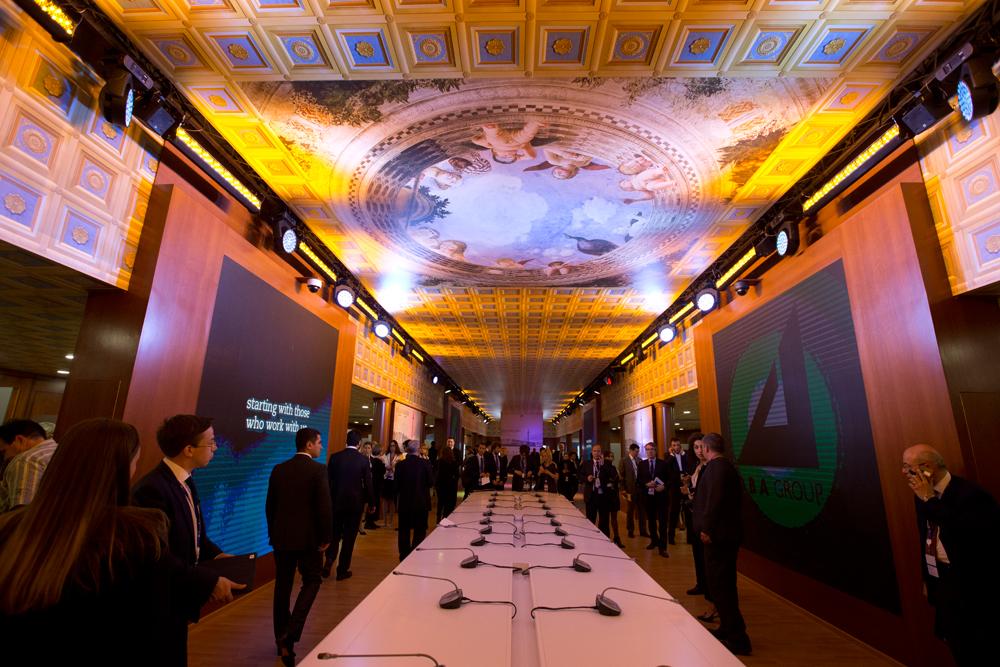 Durante l'evento, ribattezzato la Davos russa, vengono discusse tematiche di carattere economico e questioni relative ai mercati emergenti, nuove possibilità di investimenti e occasioni per creare un clima di fiducia reciproco // Un momento dell'inaugurazione del padiglione italiano
