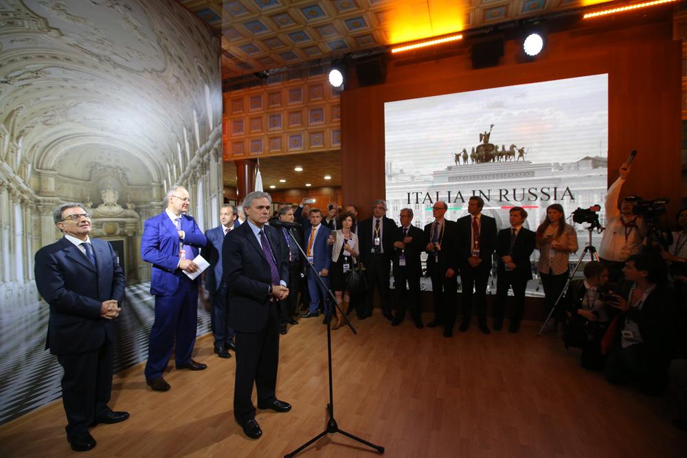 Per tutta la durata del Forum, all'interno del padiglione italiano 22 aziende sponsor presenteranno le eccellenze del Made in Italy // Un momento dell'inaugurazione del padiglione italiano. Al centro, l'ambasciatore Cesare Maria Ragaglini