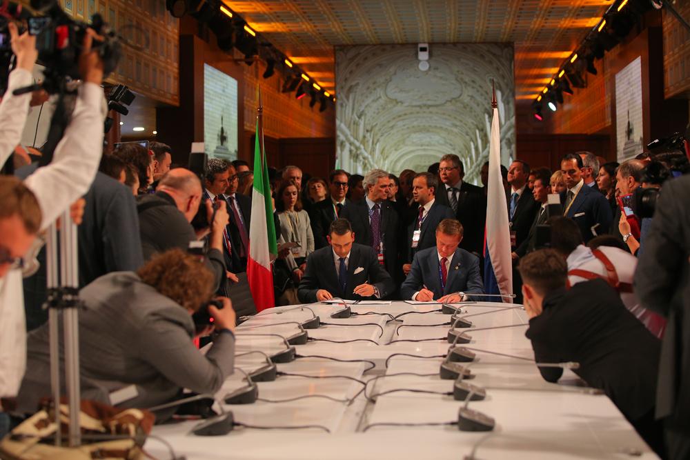 Il clou del Forum è atteso per il 17 giugno, quando arriveranno il Presidente russo Vladimir Putin e il premier italiano Matteo Renzi // Nella foto, la firma degli accordi bilaterali