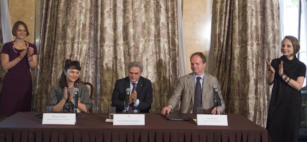 La firma dell'accordo nella sede dell'Ambasciata italiana a Mosca.