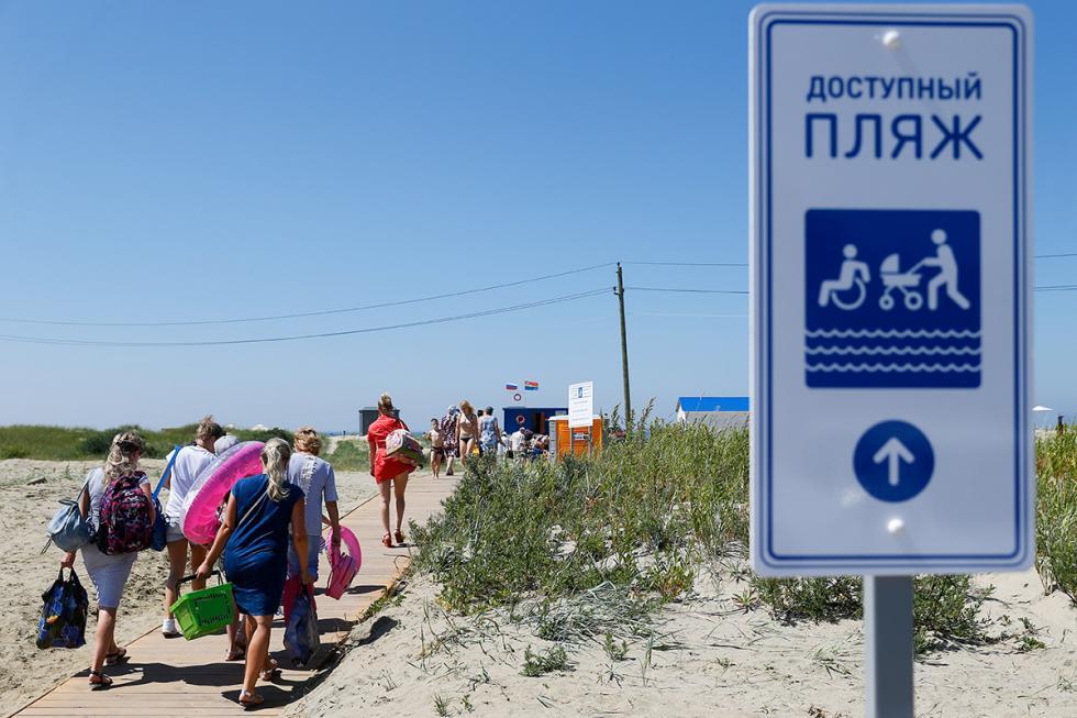 La spiaggia di Yantarnij, la prima in Russia a ricevere la Bandiera Blu, u00e8 lunga 300 metri e nelle calde giornate du2019estate ospita circa duemila bagnanti al giorno