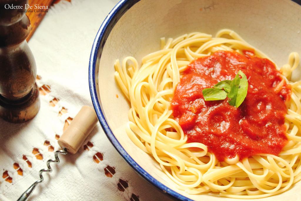 Un piatto di pasta al pomodoro.