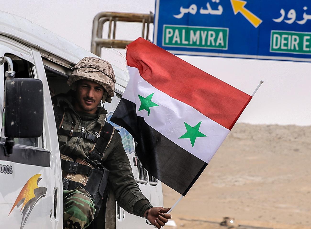 Un soldato delle forze governative siriane alle porte di Palmira, 24 marzo 2016.