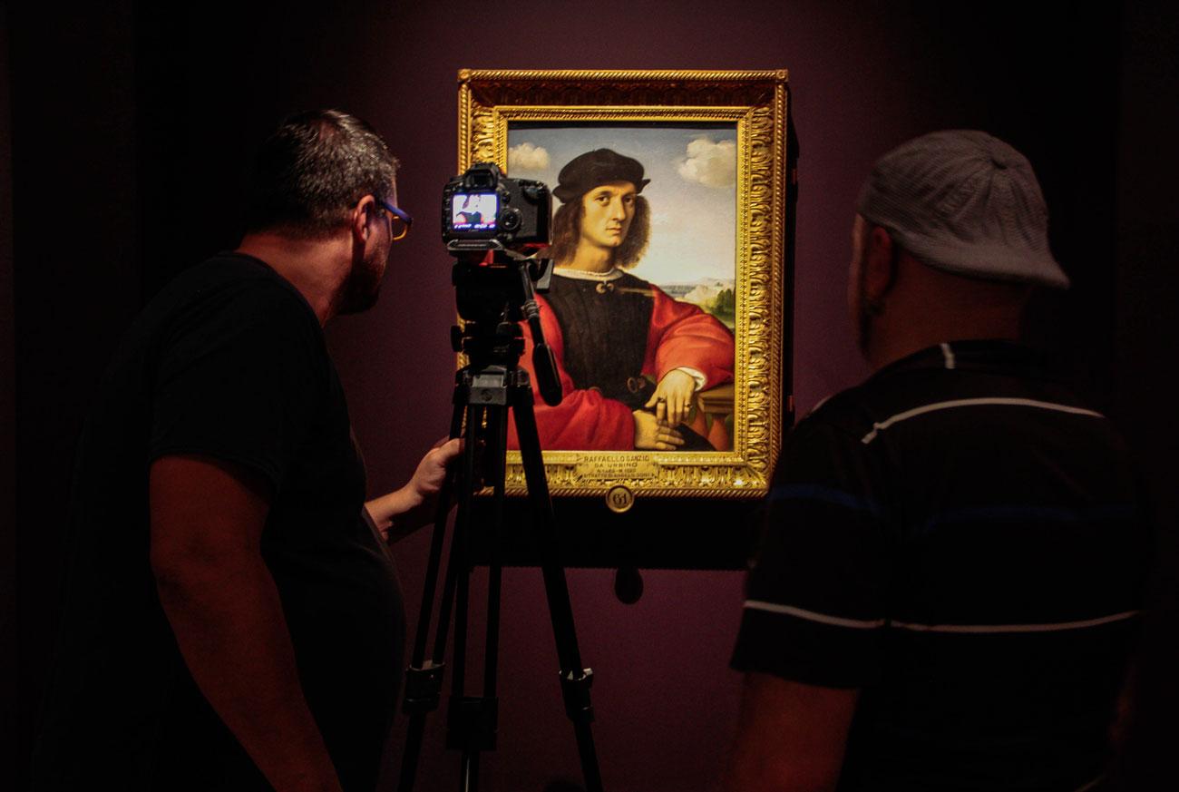 In mostra, alcuni dei maggiori capolavori di Raffaello, alcuni mai usciti prima dall'Italia. La scelta di Raffaello non è casuale, visto che il genio italiano ha esercitato una grande influenza sulla cultura russa, soprattutto sulla letteratura dall'Ottocento