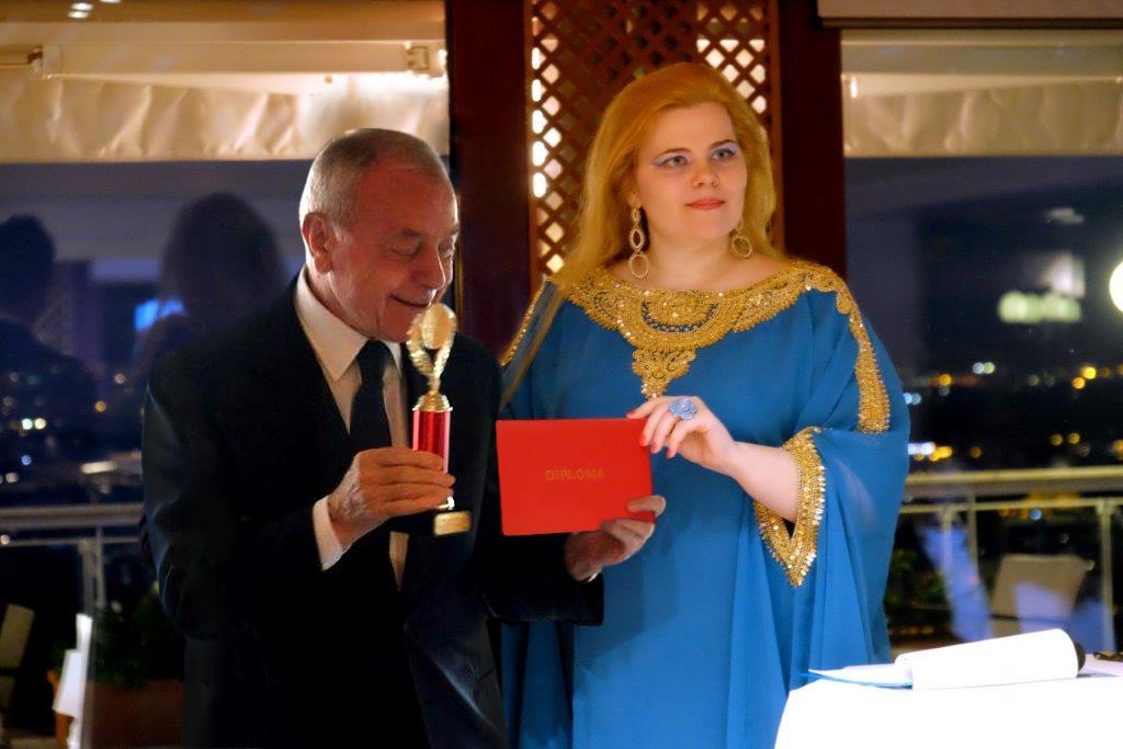 Olga Kuzmicheva consegna il premio a Gianni Letta\n