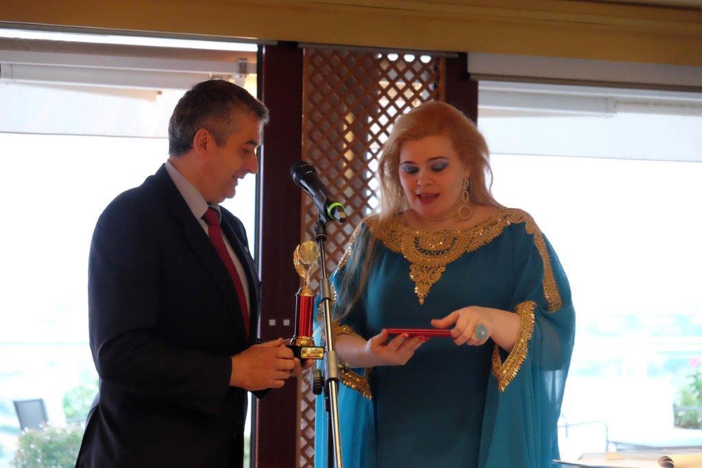 La consegna del premio al direttore generale dell'Unicef Italia Paolo Rozera\n