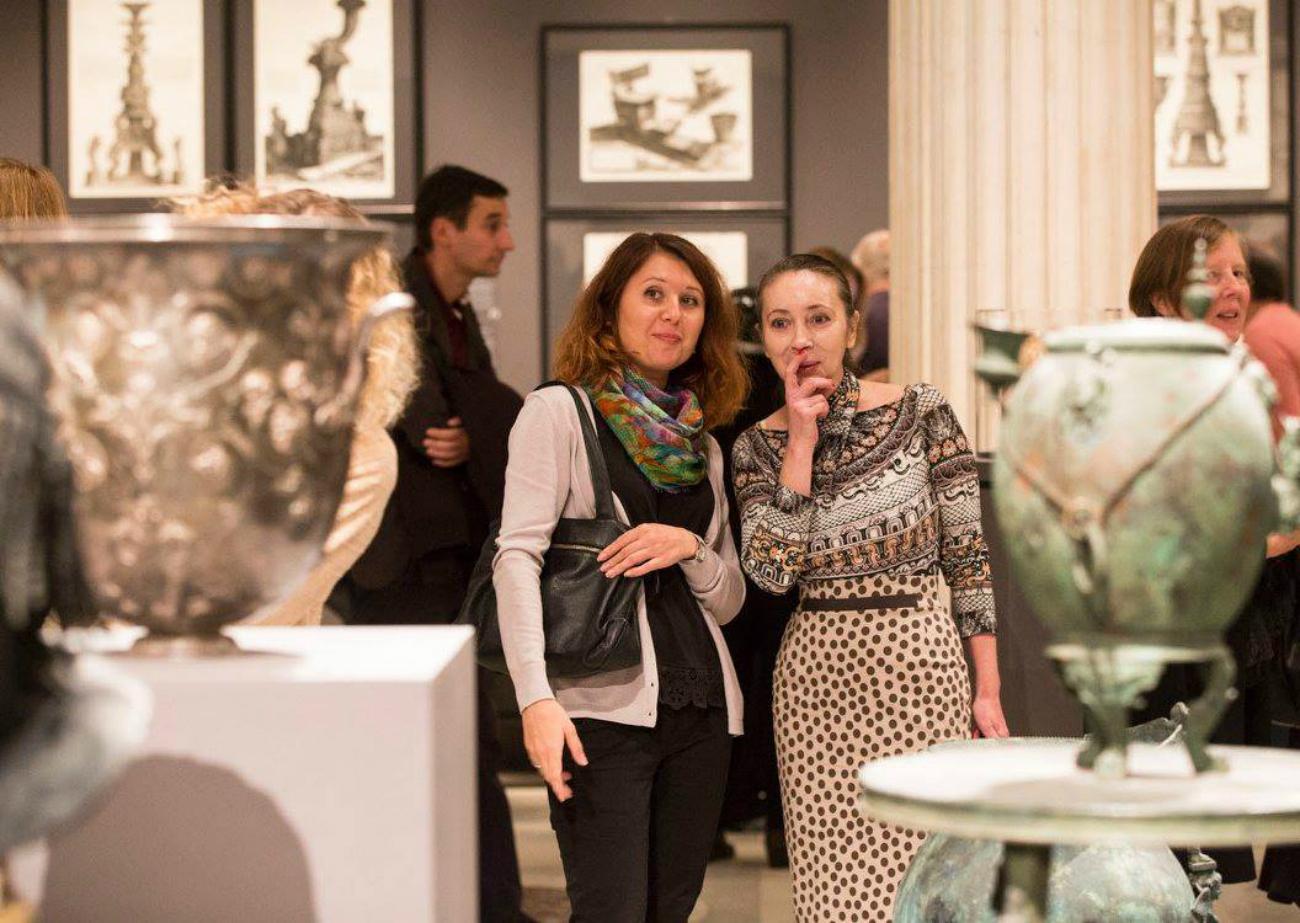 Visitatori all'inaugurazione della mostra.