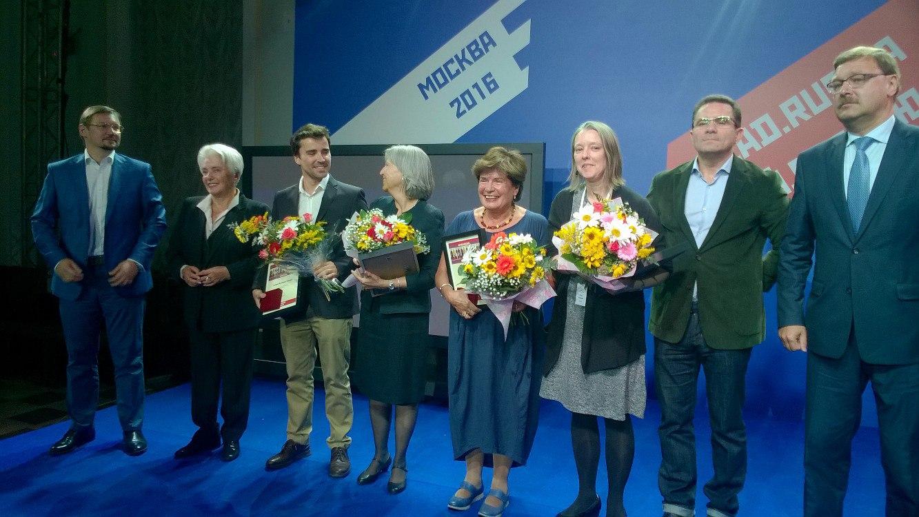 Nataliya Solzhenitsyna, Joaquín Fernández-Valdés, Selma Ancira, Claudia Scandura, Lisa Hayden e Vadim Duda durante la cerimonia di premiazione alla Dom Pashkov a Mosca.
