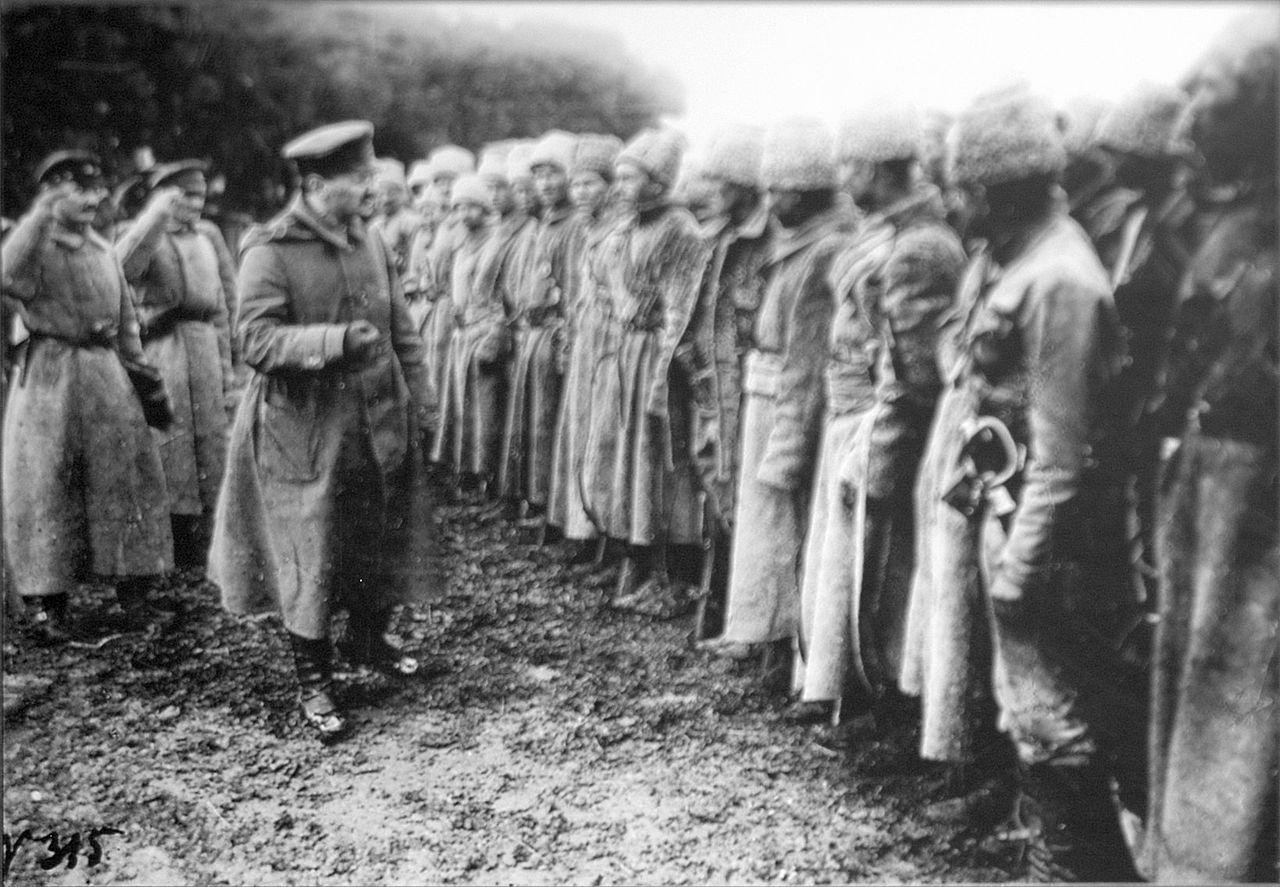 Trotskij con i soldati dell'Armata Rossa. 1918. Fonte: Wikipedia