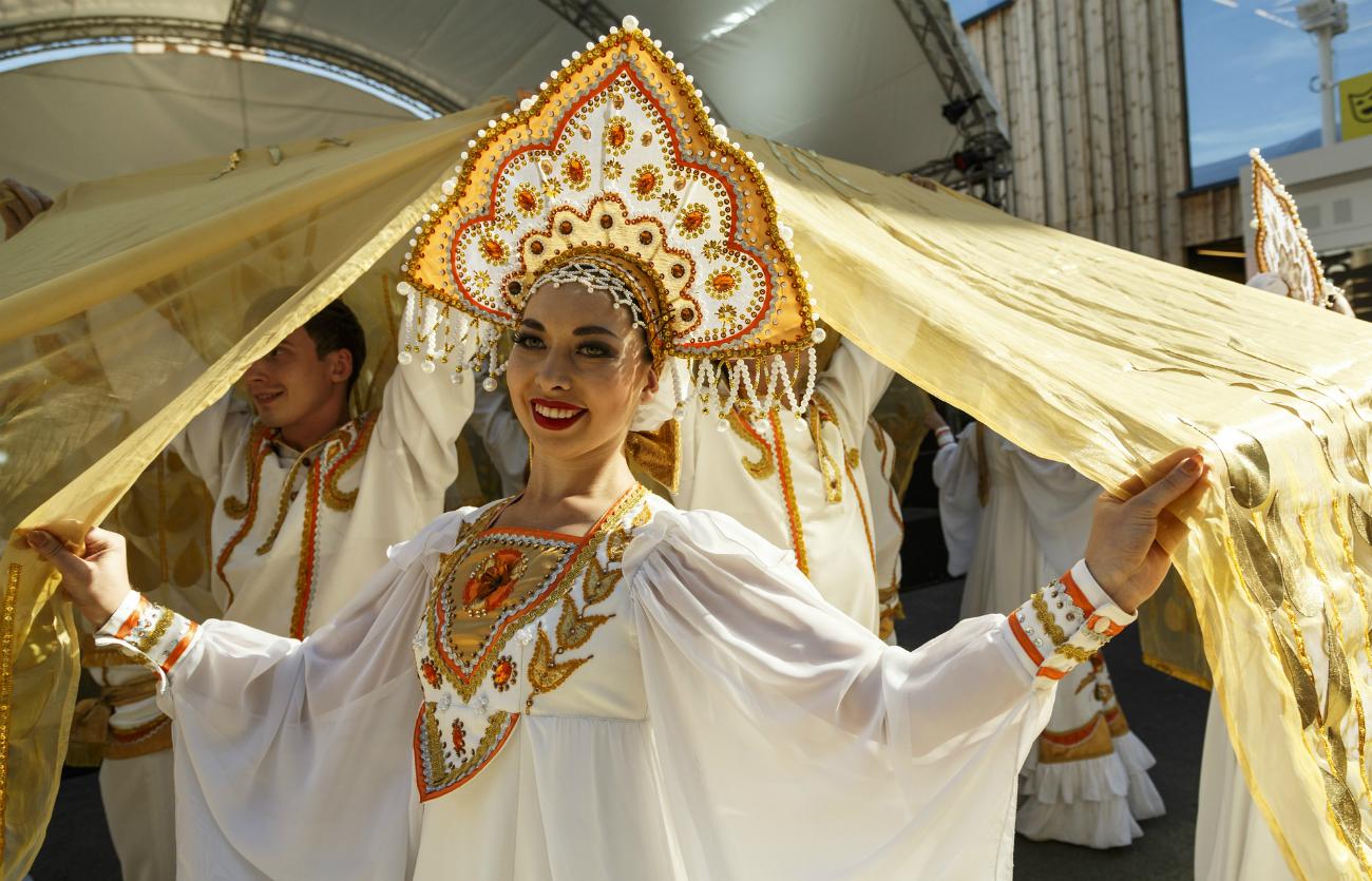 Una ragazza vestita con gli abiti tradizionali russi.
