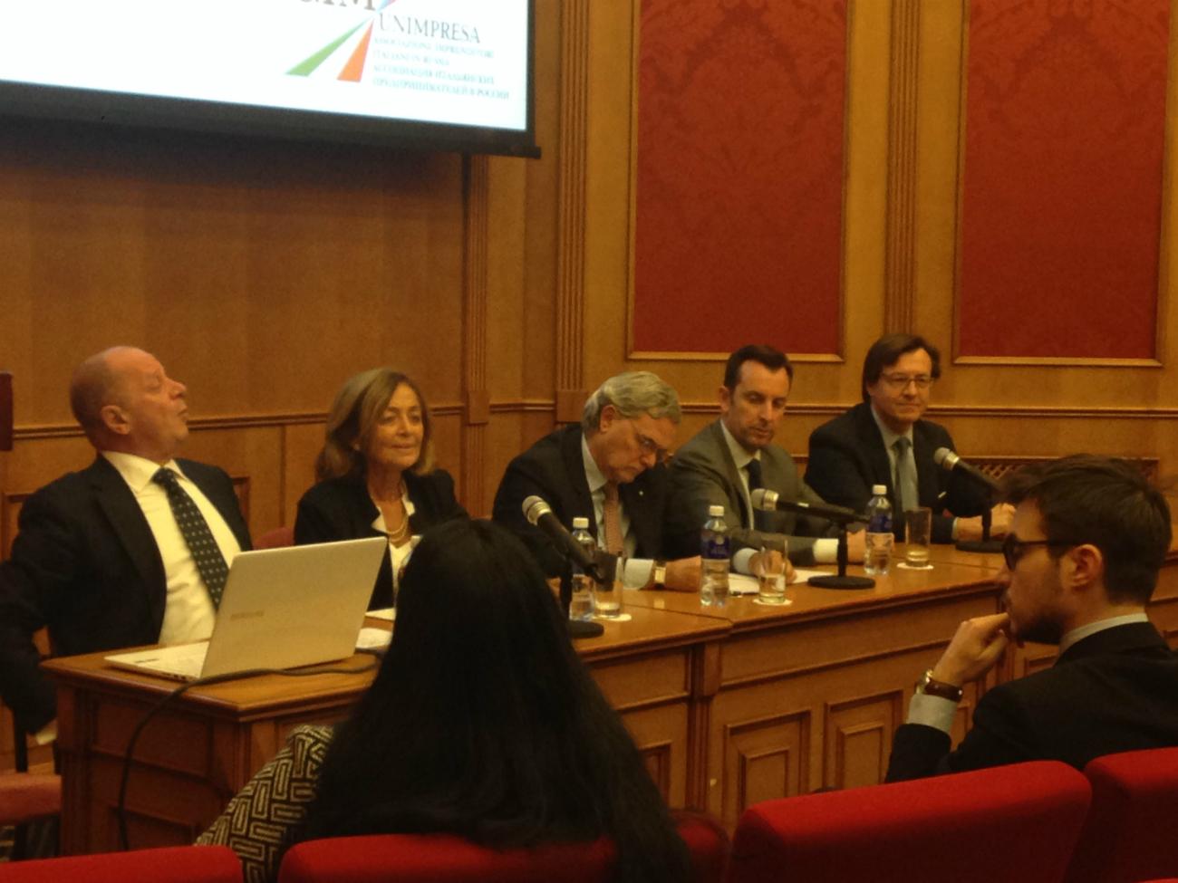 Il tavolo dei relatori. Al centro, l'ambasciatore italiano Cesare Maria Ragaglini.