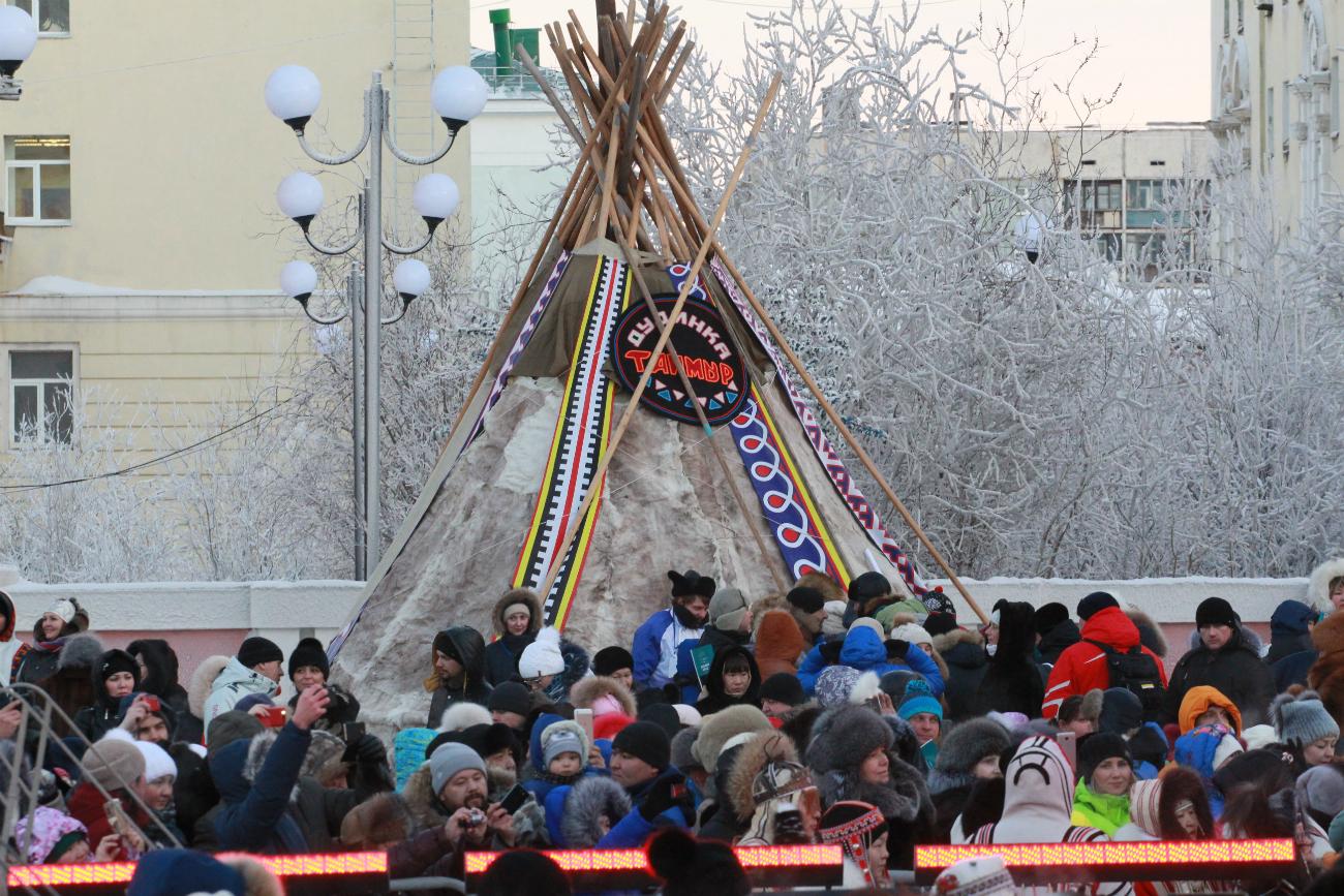 La piazza della città affollata di gente in occasione della giornata conclusiva del festival. Fonte: ufficio stampa