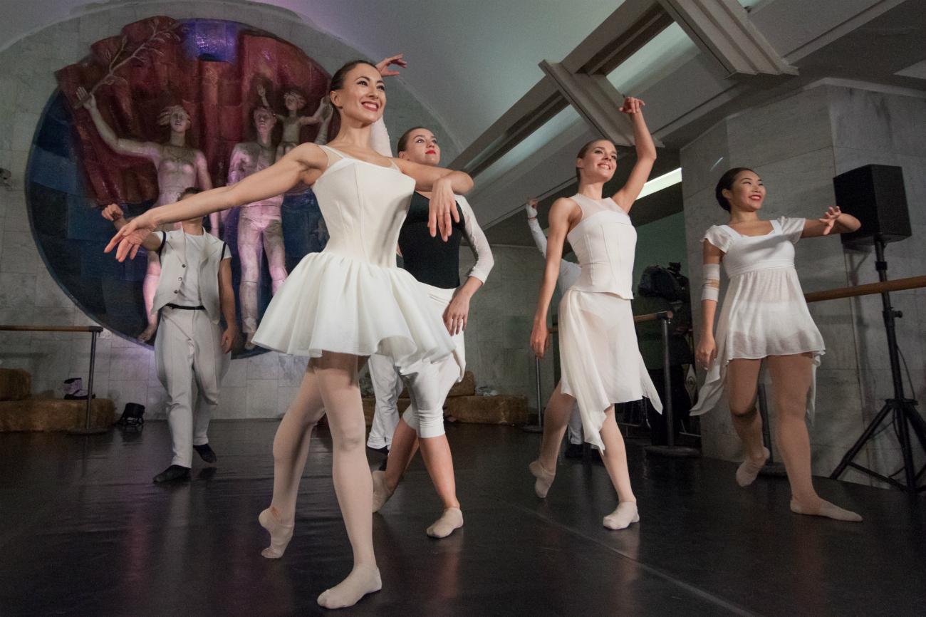 """I ballerini della compagnia di danza """"Balet Moskva"""" si esibiscono nella stazione """"Polyanka"""" della metro di Mosca in occasione della """"Notte delle arti"""". Fonte: Vitalij Mikhajlyuk"""