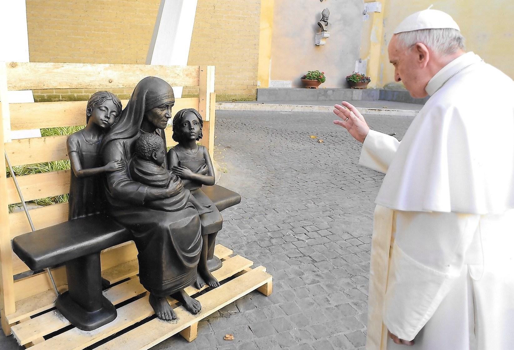 La benedizione di Papa Francesco alla scultura raffigurante Madre Teresa.