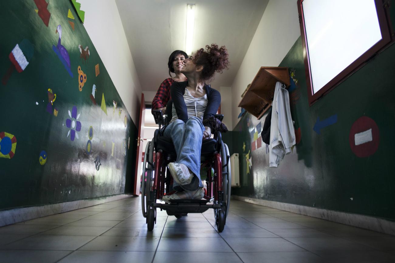 """Così come racconta il fotografo, spesso la persona disabile viene identificata con la sua disabilità. Ma """"Letizia è la dimostrazione di questa cecità sociale"""": è una donna che riesce ad affrontare le sfide di tutti i giorni condividendo la propria esperienza """"per la costruzione di una società migliore"""""""