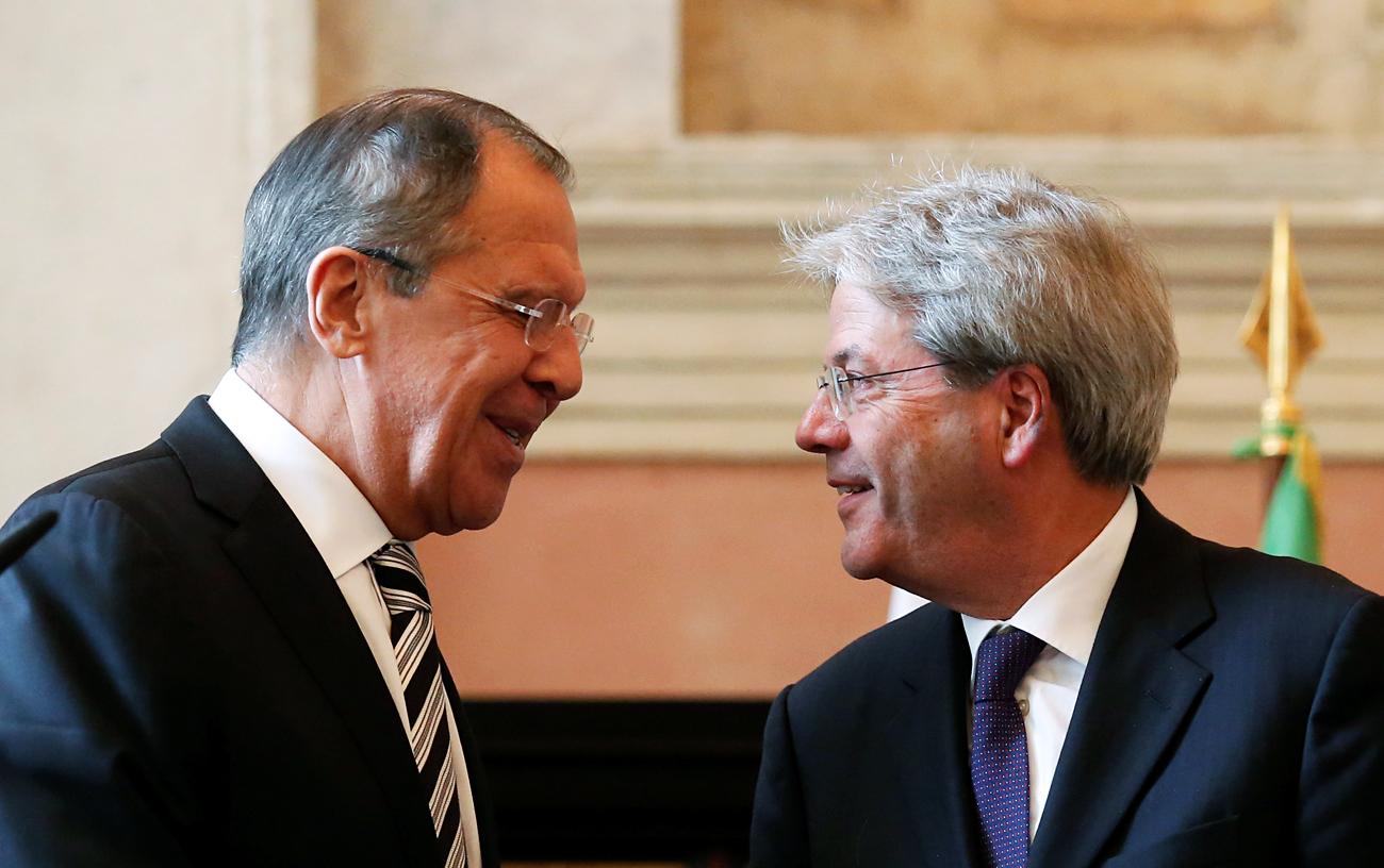 Il ministro degli Esteri russo Sergej Lavrov e il nuovo presidente del consiglio italiano Paolo Gentiloni durante una conferenza stampa svoltasi a Roma il 2 dicembre 2016.