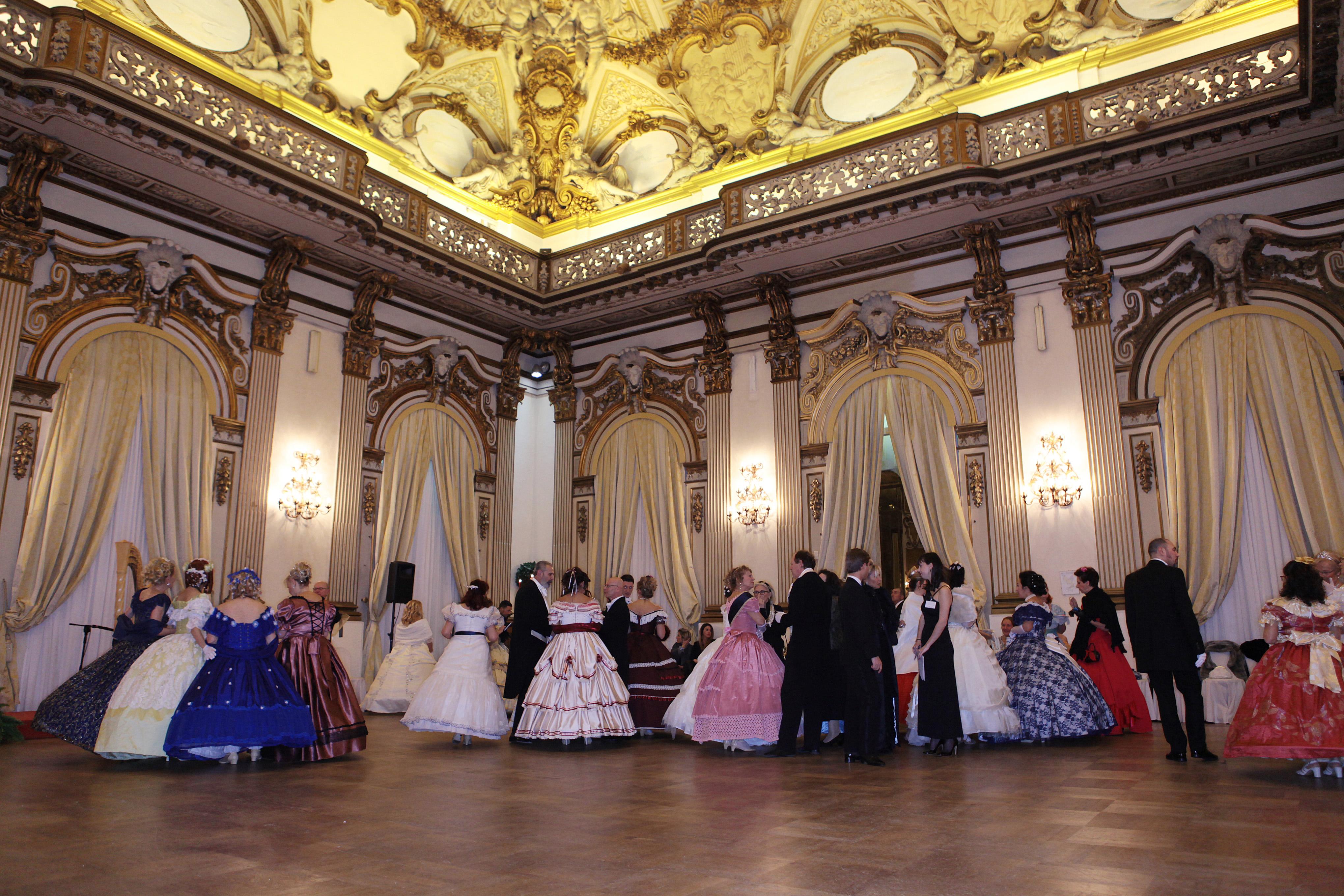 Gli ospitidella serata con i tradizionali costumi d'epoca\n