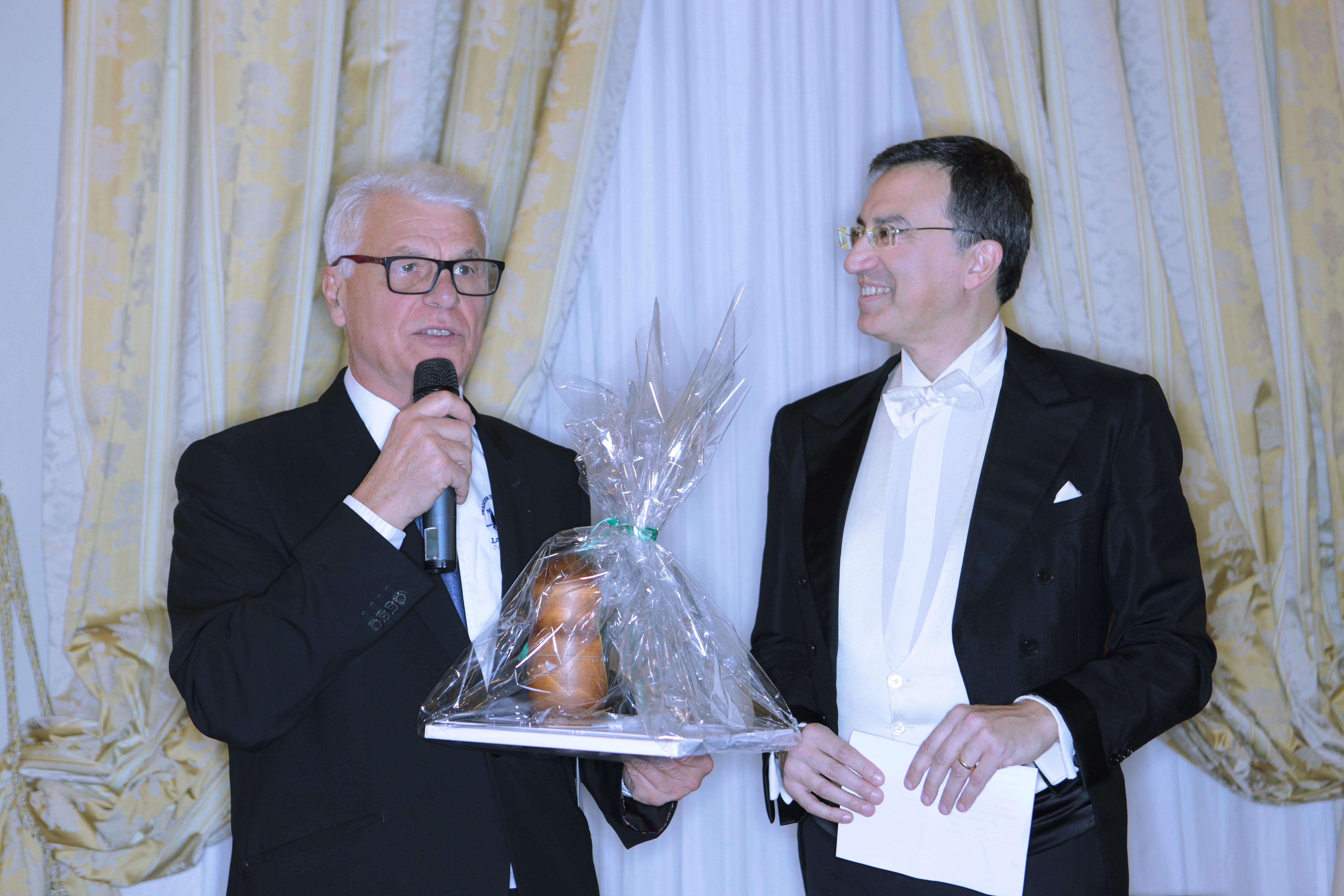 L'attore Michele Placido, a sinistra, con uno degli organizzatori Nino Graziano Luca\n