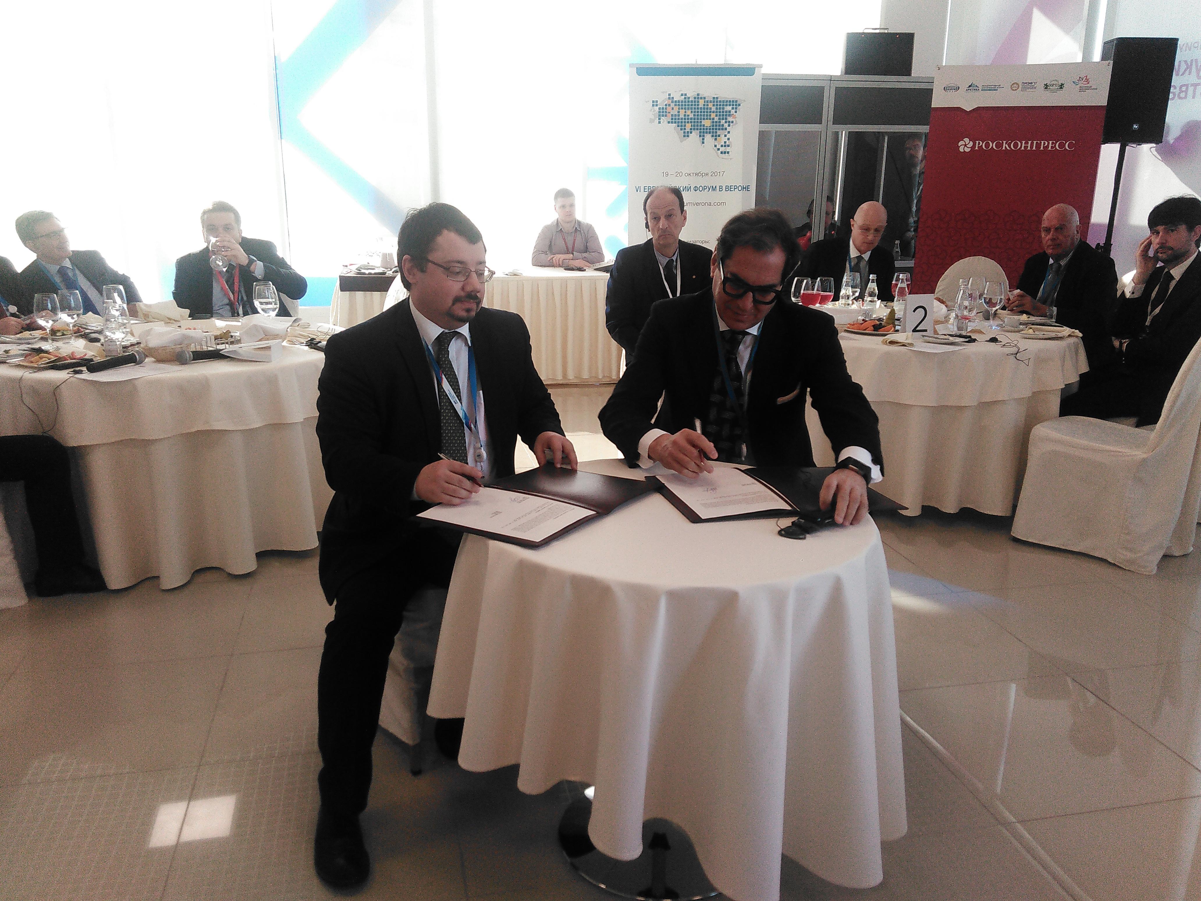 A destra, il direttore dell'Ice Pier Paolo Celeste durante la firma del memorandum al Forum economico sugli investimenti di Sochi.