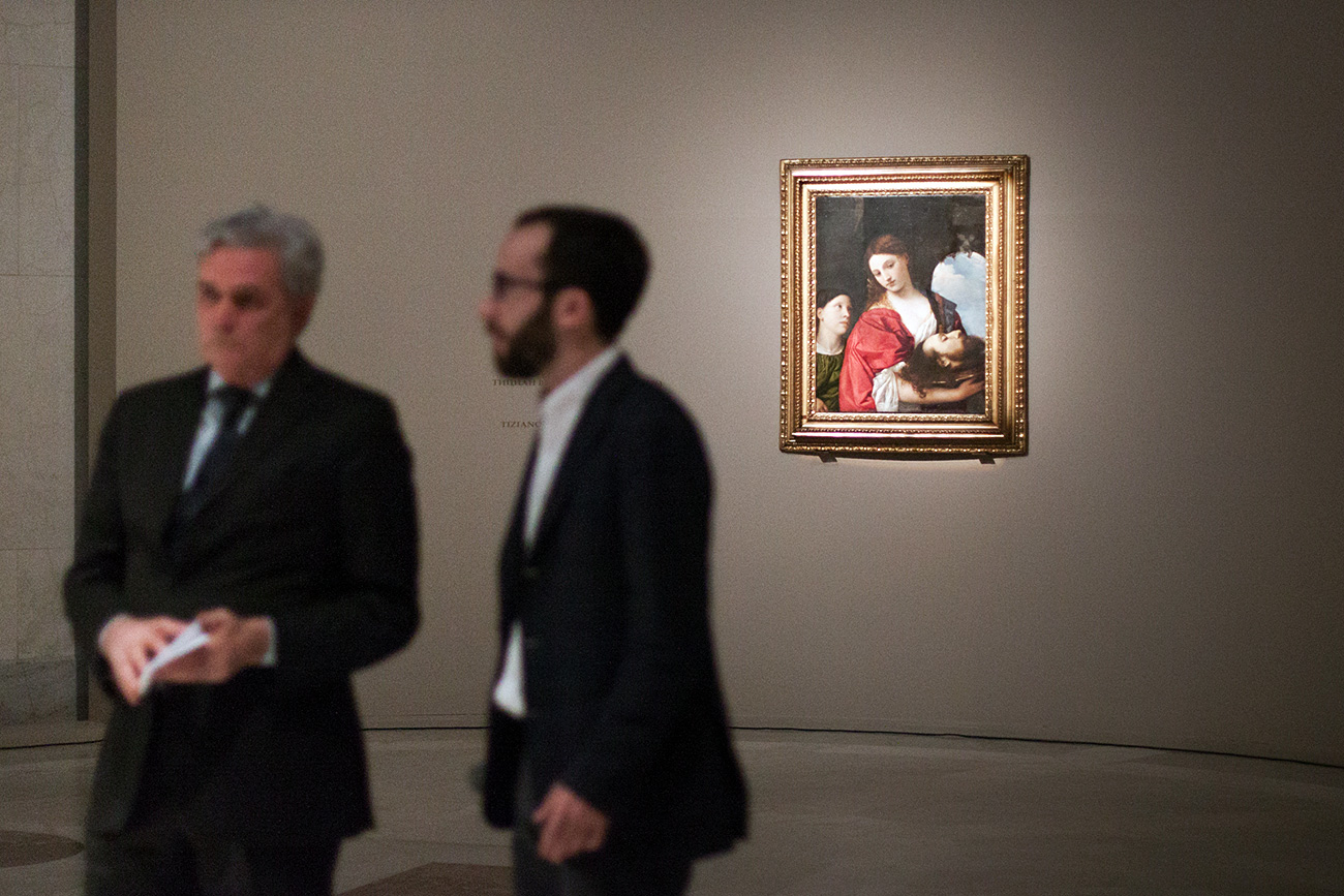 """Sullo sfondo, """"Salomè con la testa del Battista"""" di Tiziano. Fonte: Vitalij Mikhajluk"""