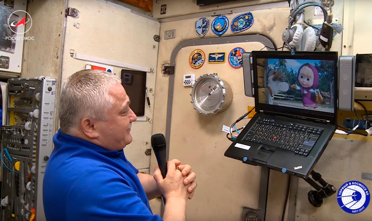 """L'astronauta Fedor Yurchikhin guarda la prima puntata della 65esima stagione di """"Masha e orso"""" a bordo della stazione spaziale internazionale"""