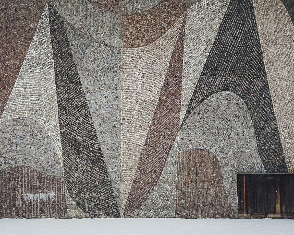La façade du cinéma est ornée d'une mosaïque décorative monumentale représentant un rideau. Au premier regard, elle peut sembler banale, mais elle cache l'œuvre d'Andreï Vasnetsov, président de l'Union des artistes de l'URSS de 1988 à 1992, à qui on doit, notamment, la naissance du « style austère », l'un des courants de la peinture réaliste soviétique. Les collègues de Vasnetsov critiquaient la mosaïque pour ses couleurs ternes et le choix trop abstrait du sujet, étrange pour la mosaïque soviétique. Certains pensent toutefois que Vasnetsov voulait pousser les gens à penser au sens caché derrière le rideau.