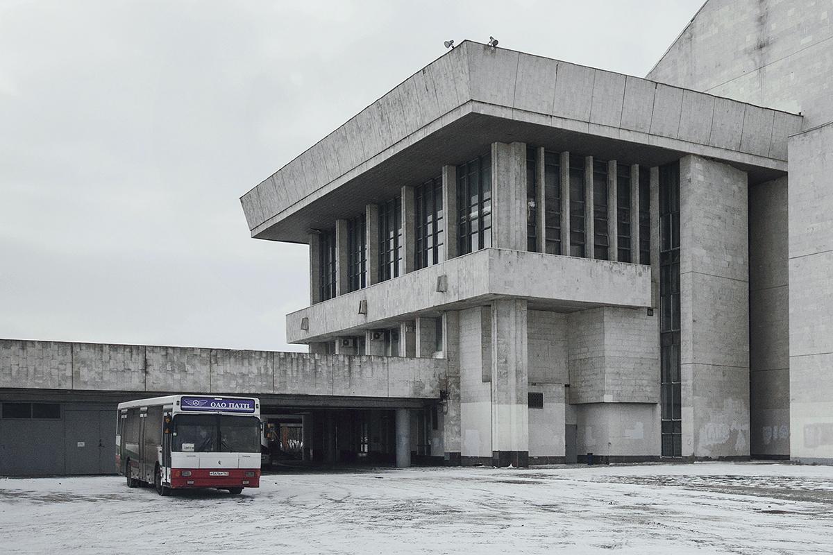 Le Palais de la culture et de l'art dans la ville de Togliatti. Les palais de la culture, établissements répandus en URSS, étaient érigés à travers le pays pour l'organisation des loisirs culturels des travailleurs. Le bâtiment du Palais de la culture de Togliatti vit le jour en 1988 et représente une imitation du style architectural du brutalisme. Le palais se présente sous la forme d'une poutre horizontale sur deux piliers avec une vue sur le parc qui s'ouvre au milieu. Les architectes soviétiques s'inspiraient clairement de l'architecture occidentale : le palais ressemble énormément au Royal National Theatre de Londres de Denys Lasdun (1976).