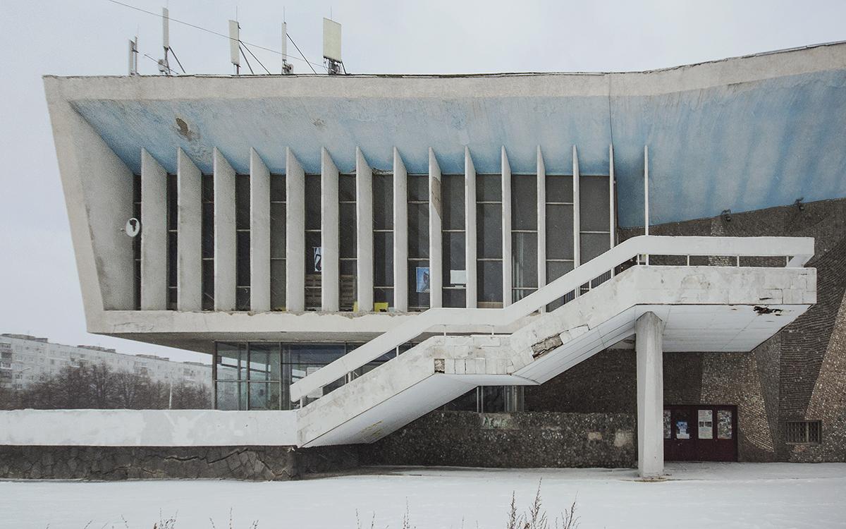 La salle de cinéma Saturne est un chef d'œuvre du constructivisme soviétique à Togliatti (Volga). Le cinéma fut construit en 1972, c'était le plus grand de la ville et de la région. Pour les concepteurs de Saturne, le mariage de l'architecture et du cinéma devait impressionner les spectateurs et les faire penser au travail inspiré et à l'avenir communiste radieux.