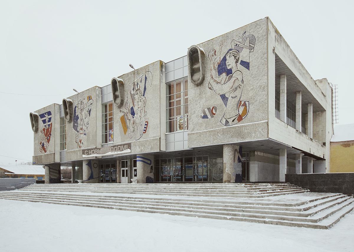 Le premier bâtiment du Palais de la culture d'Oulianovsk fut érigé en 1924 sur l'emplacement des anciennes écuries. Le nouveau Palais de la culture du 1er mai fut inauguré en 1987 à côté de l'ancien bâtiment et réalisé en verre, aluminium, bois, plastique, marbre et granite. G. Nikitine est l'architecte en chef du projet.