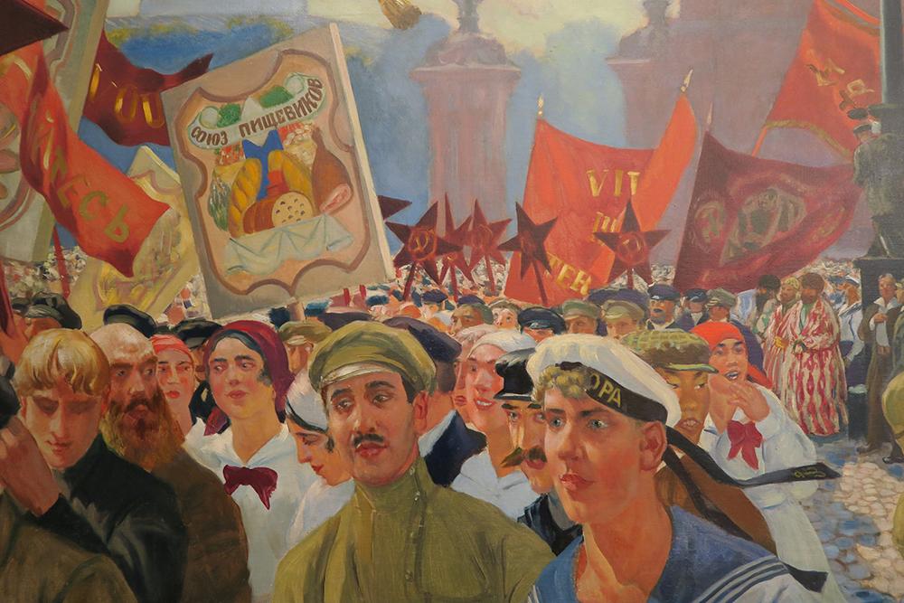 """Na Rússia, """"há abundância de arte, pinturas, romances, peças de teatro, balé, ópera, música, arquitetura e, sobretudo, há um monte de pessoas pelas quais se pode recontar as histórias da Rússia"""", acrescentou. / Kustodiev, manifestantes na praça Uritski"""