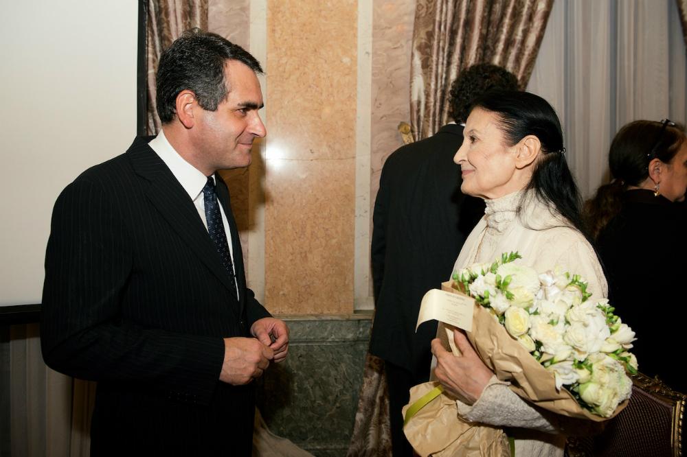 Dal 2000 al 2010 Carla Fracci ha diretto il corpo di ballo del Teatro dell'Opera di Roma seguendo anche il repertorio firmato da Diaghilev per i Ballets Russes // Nella foto, il Consigliere politico dell'Ambasciata d'Italia a Mosca Roberto Orlando insieme a Carla Fracci