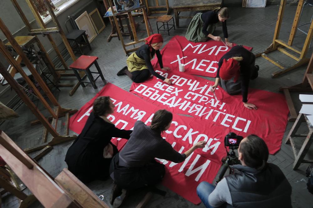 """""""Revolution"""", dirigido por Margy Kinmonth, é dedicado aos os movimentos artísticos e culturais conhecidos como vanguarda russa. Esses desenvolvimentos se deram entre as décadas de 1890 e 1930, sobretudo durante a primeira fase da Revolução. / Equipe de artistas produzem pôster para o filme"""
