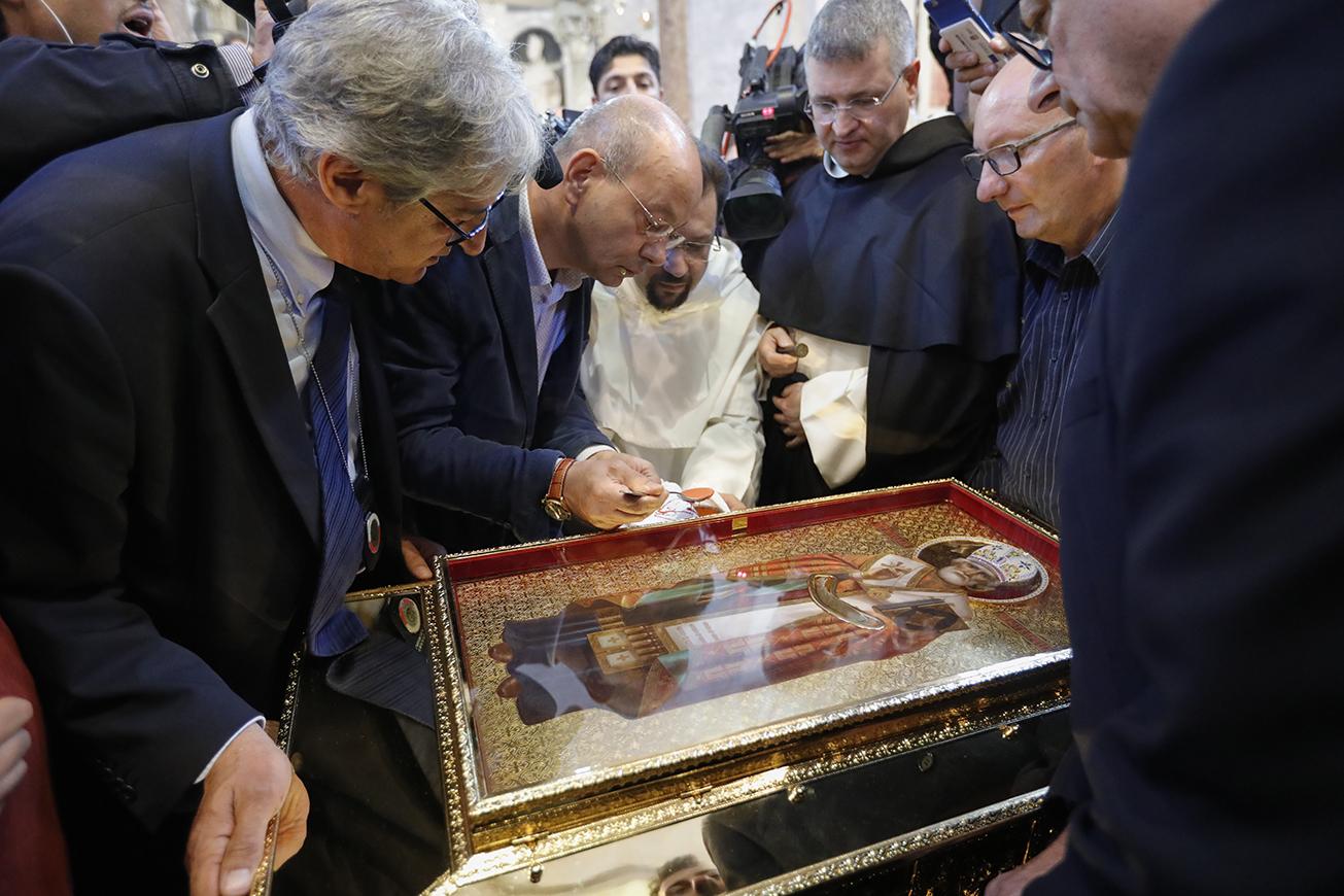 Antes de seguirem para Moscou em um voo fretado, as relíquias foram reverenciadas por uma multidão de fiéis em Bari, onde ocorreu uma cerimônia litúrgica.