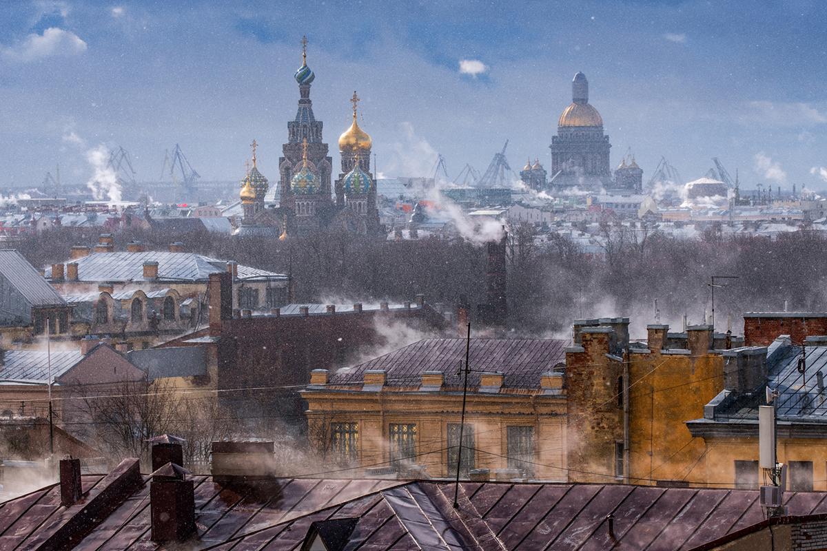 La capitale del nord verrà infatti raccontata attraverso i lavori di due fotografi russi, Sergej Bogomyako e Anton Ovcharov. Nella foto, i tetti di San Pietroburgo