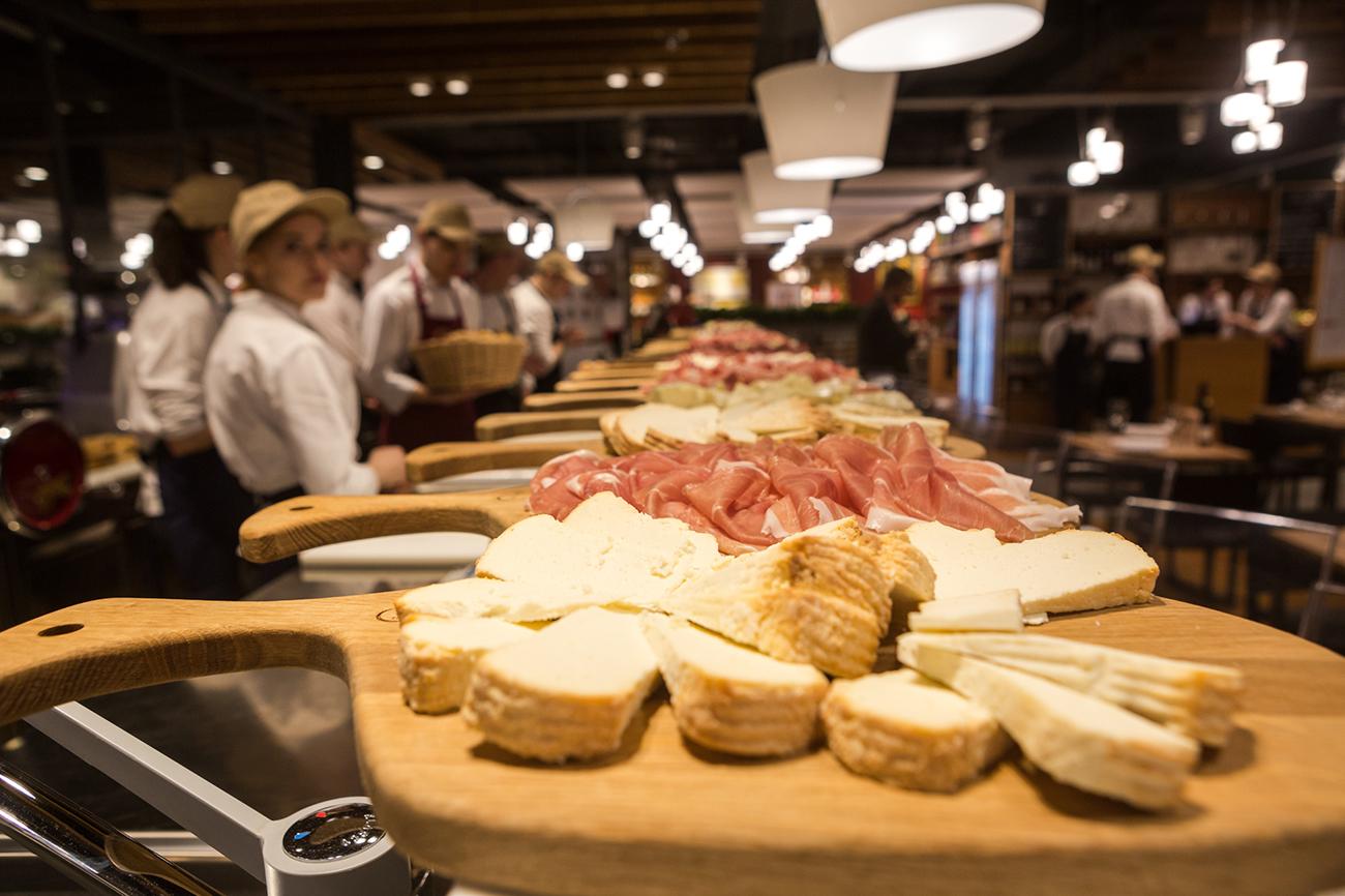 Eataly occupa una superficie di 7.500 metri quadri e mette a disposizione più di 900 coperti. Qui si possono trovare i prodotti di eccellenza del Made in Italy: dalla pasta all'olio extra vergine, dal pane ai salumi, passando per i formaggi, la frutta e la verdura