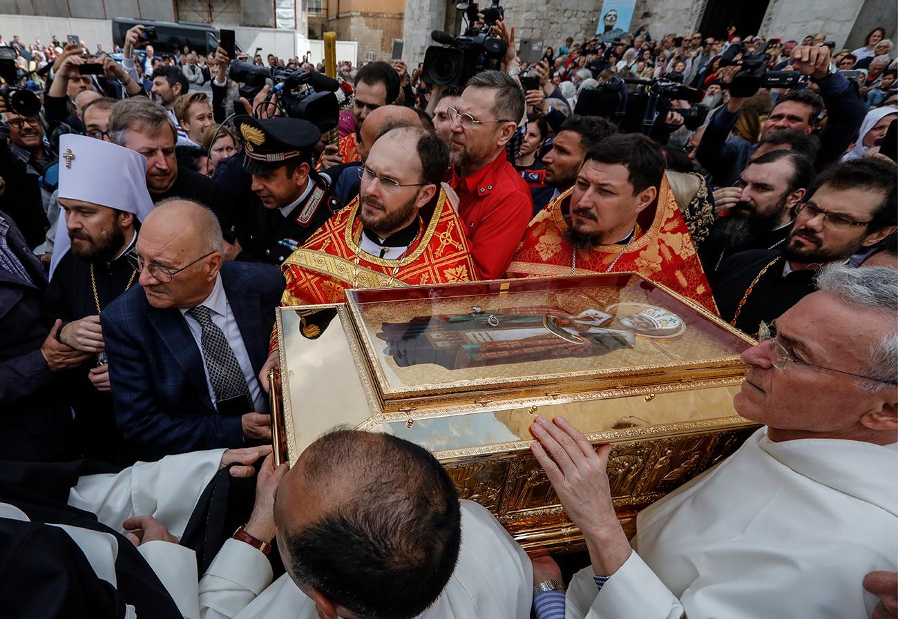 Los restos conservados de San Nicolás de Bari son visitados y honrados cada año por miles de fieles ortodoxos que van a Italia para rendir homenaje al santo.