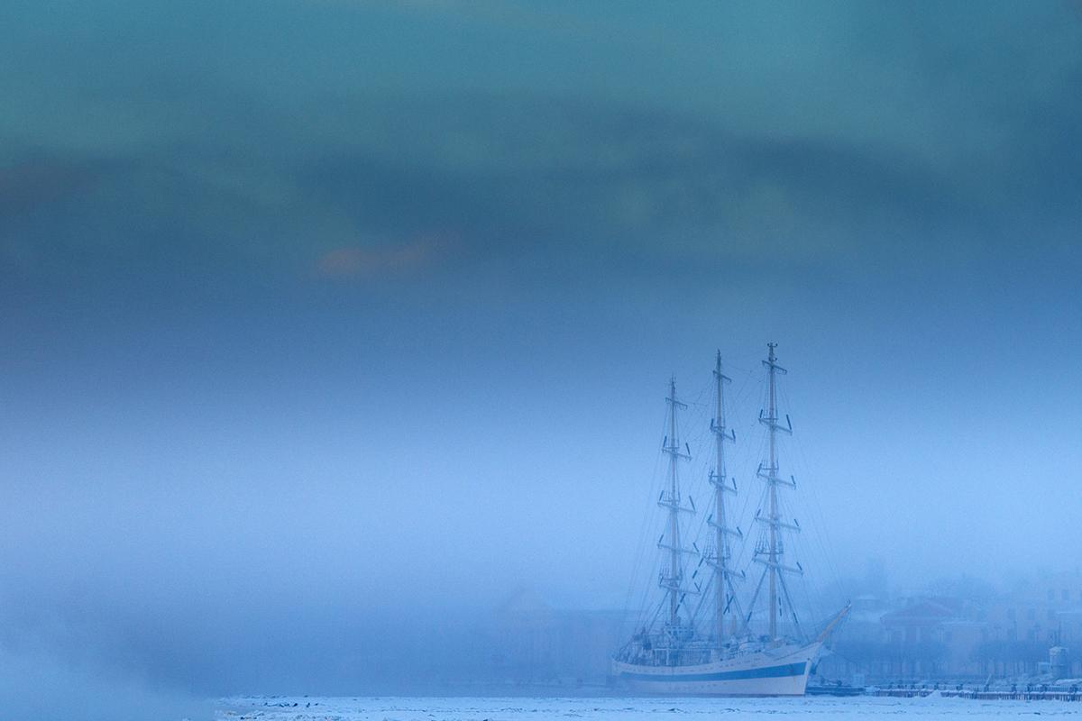 Nato a Leningrado (attuale San Pietroburgo), Bogomyako è uno dei fotografi più conosciuti nel campo della pubblicità, dell'architettura e dei reportage. Nella foto, mattina d'inverno sulla Neva