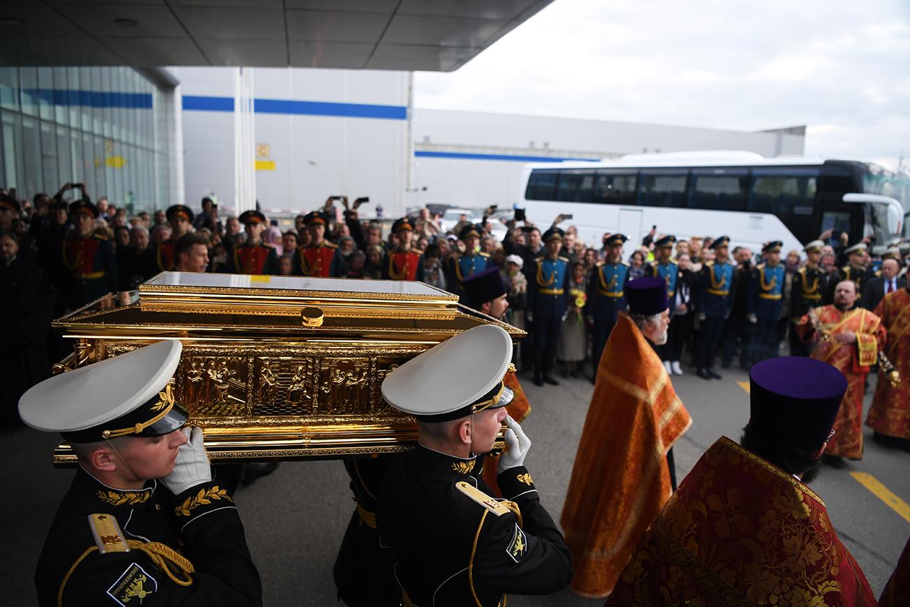 """O patriarca Kirill, líder da Igreja Ortodoxa Russa, descreveu o acontecimento como um """"evento histórico"""" devido ao ineditismo da iniciativa com a Igreja Católica. Nesta foto, observa-se a chegada das relíquias ao aeroporto Vnúkovo, em Moscou."""
