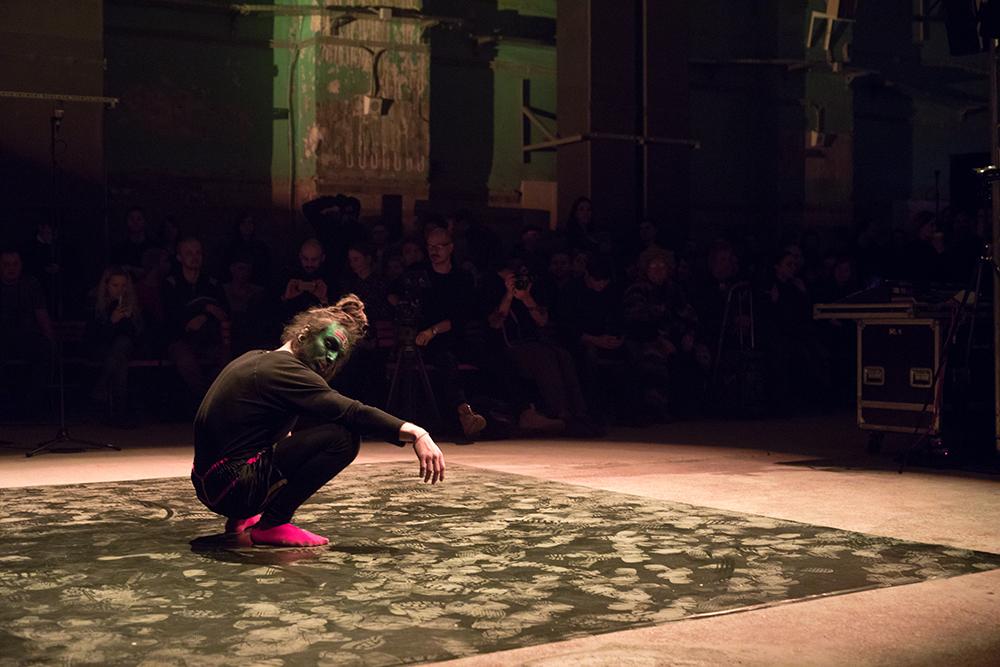 Curatore dell'evento è stato il britannico Mark Fell, che da 20 anni produce musica elettronica spaziando dai suoi tecno a ritmi più avanguardistici, collaborando anche con musicisti classici e artisti performer / Nella foto, Aleksandr Kislov, ballerino