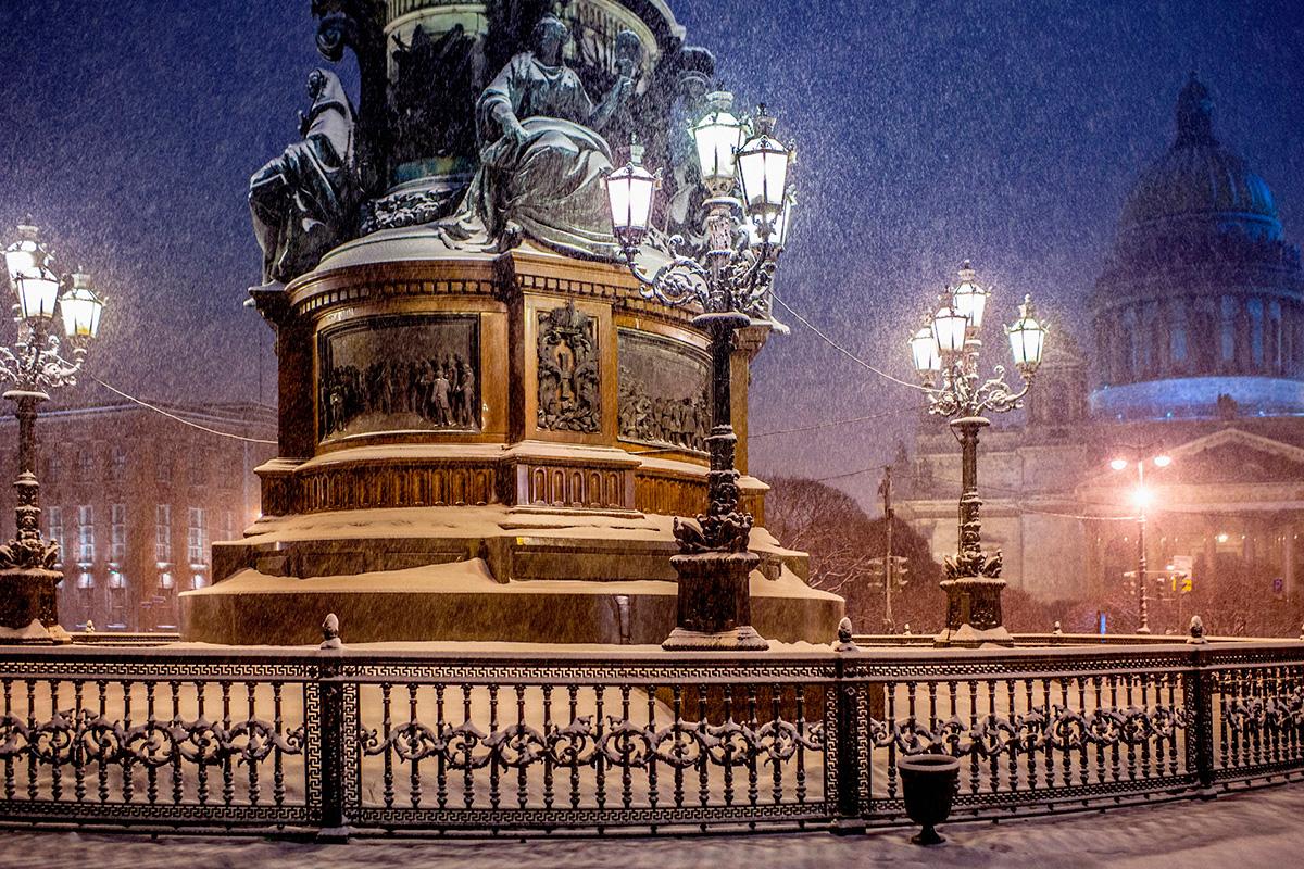 Le sue foto sono un vero e proprio biglietto da visita per la capitale del nord. Nella foto, nevicata in piazza San Isacco
