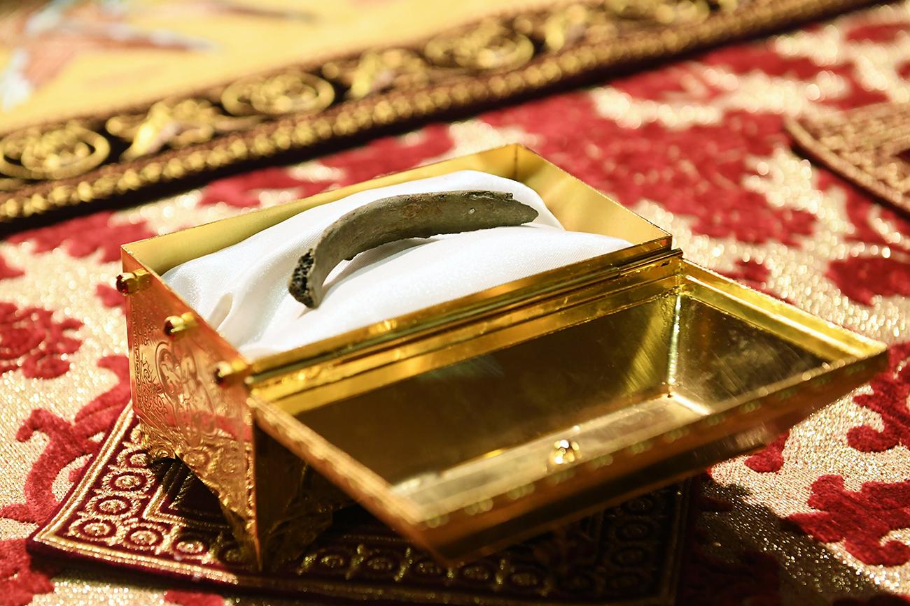 Entre as relíquias transportadas há um pedaço da costela esquerda de São Nicolau. O fragmento, de 13 cm, foi retirado após uma operação delicada conduzida na sepultura do santo, na  Basílica de Bari.