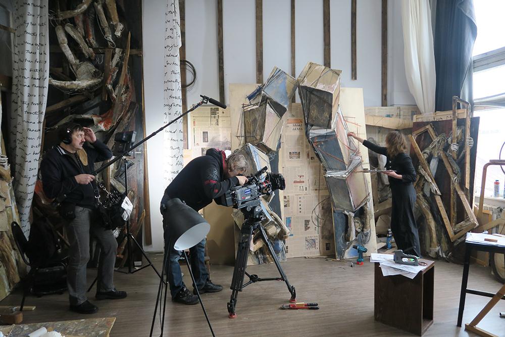 """Do racionalismo ao suprematismo, do cubofuturismo ao construtivismo, o documentário reflete sobre o seu """"desejo de libertar-se do realismo para criar uma arte capaz de recuperar a originalidade de suas próprias raízes"""". / Maria Kulagina trabalhando em seu estúdio"""