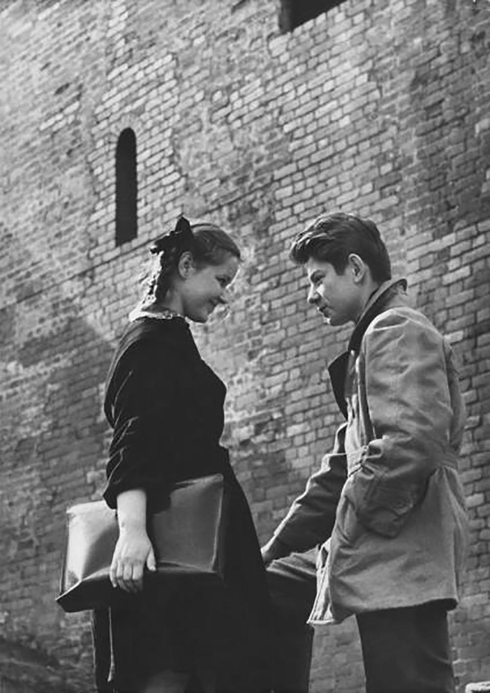 Coppia di innamorati vicino alle mura del Cremlino, Mosca, 1960