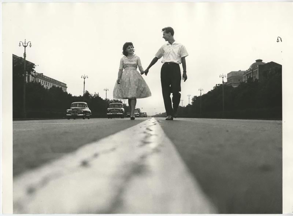 """""""Или се сви пољубци пробудише, горећи на уснама. / Или машу дворишта рукавима кошуља које плачу / Убеђујући ме у белој ноћи, изазовно нагој, / да од љубави драге не одем за љубављу другом"""" (Јевгениј Јевтушенко """"Две љубави"""")./Лењинградски проспект, 1962."""