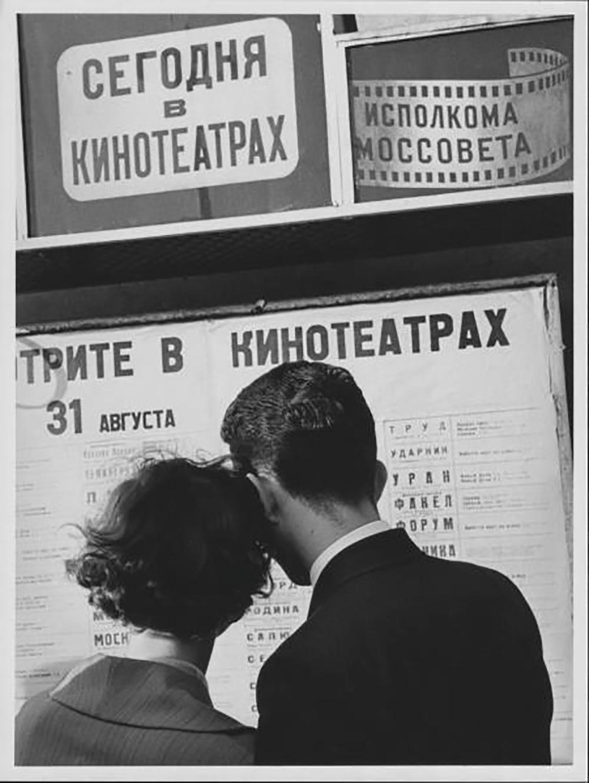 """Може се замислити како су совјетски грађани за време """"Отапања"""" задржавали дах у биоскопу гледајући сцене из филма """"Ждралови лете"""" (рус. """"Летят журавли"""") чија је главна тема провера верности за време рата, што није свако могао поднети. Ето, чини се да и Вероника, главна јунакиња """"Ждралова"""", није могла да сачува верност према вољеном човеку. Али да ли је она заиста престала да га воли? Филм """"Ждралови лете"""" је једини совјетски дугометражни филм који је добио главну награду Канског фестивала./Биоскоп, 1961."""