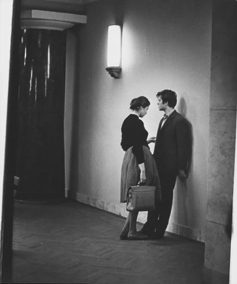 Да ли је и пре тога у СССР-у било заљубљених? Наравно да јесте. Али то је била мало другачија заљубљеност. Она је била прекаљена растанцима у Другом светском рату и тешкоћама послератног периода. Поред тога, људи су били емоционално исцрпљени опасношћу од репресија и врло стидљиво су јавно изражавали своја осећања./Интимни тренуци на уласку у зграду, 1963.