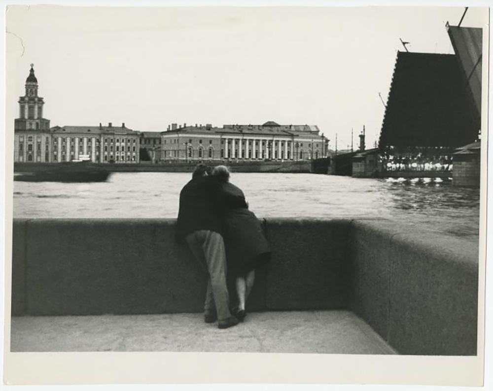 """Житеље СССР-а у то време је снажно привлачила поезија. Управо крајем """"Отапања"""" појављују се чувени песници 1960-их, међу којима су Јевгениј Јевтушенко, Андреј Вознесенски, Бела Ахмадулина и Роберт Рождественски. Они окупљају велике аудиторијуме, и наравно, у својим наступима читају стихове о заљубљености. У тим стиховима се на ту тему изражавају мисли којима је била заокупљена читава генерација, тј. генерација оних који су се заљубљивали и волели у време """"Отапања""""./На обалама Неве, Санкт Петербург, 1965. г."""